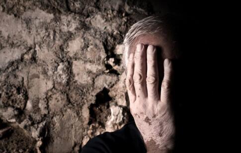 为什么老年人易得白癜风皮肤病?